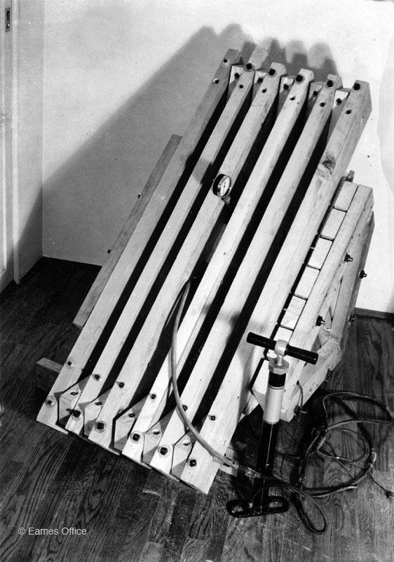 Kazam Eames, máquina para moldear sillas modernas de madera contrachapada